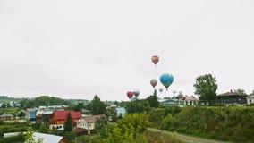 18-07-2019 pereslavl-Zalessky, Ρωσία: διαφορετικά ζωηρόχρωμα μπαλόνια αέρα που απογειώνονται πέρα από το χωριό φιλμ μικρού μήκους