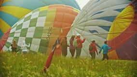 18-07-2019 pereslavl-Zalessky, Ρωσία: τεράστια ζωηρόχρωμα μπαλόνια αέρα που βρίσκονται στον τομέα - άνθρωποι που περπατούν γύρω κ απόθεμα βίντεο
