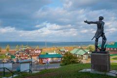 "Pereslavl Zalessky, Yaroslavl-Gebied, Rusland †""29 September, 2014: Monument aan Peter Groot op achtergrond van Pleshcheeva-Mee Royalty-vrije Stock Afbeelding"