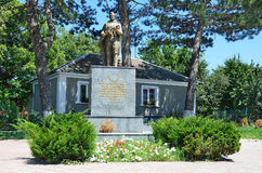 Perevalnoye,俄罗斯, 2016年7月, 15日 在巨大爱国战争期间的纪念碑下落的战士在Perevalnoye村庄  图库摄影