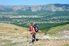 Perevalnoye, de Krim, 15 Juli, 2016 De vrouw komt met een rugzak op vlak land langs de Oostelijke klippen van het lagere plateau  Royalty-vrije Stock Foto