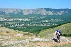 Perevalnoye Krim, Juli, 15, 2016 Mannen kommer med en ryggsäck på plant land längs de östliga klipporna av den lägre platån av Ch Royaltyfri Bild