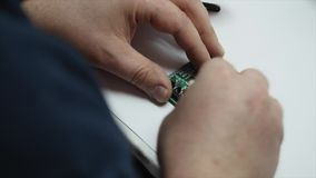 Perfboard de solda do circuito do coordenador eletrônico filme