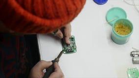 Perfboard del circuito del ingeniero que suelda electrónico almacen de video