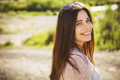 Perfe för visning för ung kvinna för härlig brunett caucasian laughting Arkivfoto