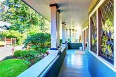 Perfeccione el pórche de entrada cubierto con las ventanas decorativas, y el verdor Imagen de archivo libre de regalías
