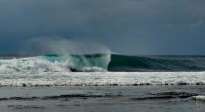 Perfeccione el uluwatu de Bali de la onda Fotografía de archivo libre de regalías