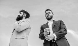 Perfeccione en cada detalle El aspecto impecable mejora al empresario del profesional de la reputación Empresarios barbudos imagen de archivo