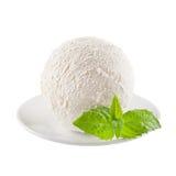 Perfeccione la cucharada cremosa blanca del helado con la menta verde fresca en la placa blanca aislada, primer Imágenes de archivo libres de regalías