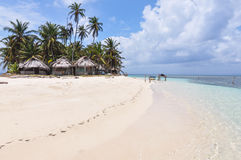 Perfeccione la isla caribeña intacta con las chozas nativas, San Blas. Panamá. America Central. Foto de archivo
