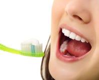 Perfeccione a la muchacha adolescente alegre del diente sano de la sonrisa Imágenes de archivo libres de regalías