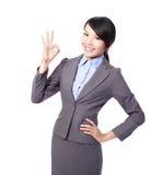 Perfeccione - a la mujer de negocios que muestra la muestra ACEPTABLE de la mano Fotografía de archivo libre de regalías