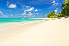 Perfeccione la playa tropical con la arena blanca, y el mar cristalino foto de archivo