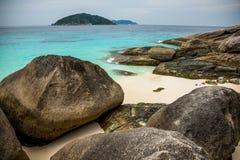 Perfeccione la playa y las rocas tropicales de la isla con el mar de la turquesa en Sim Fotos de archivo