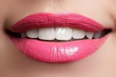 Perfeccione la sonrisa después del blanqueo Dientes del cuidado dental y el blanquear Sonrisa de la mujer con los grandes dientes Imagen de archivo