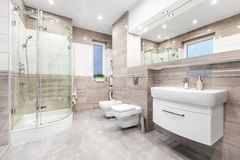 Perfect łazienka przestronna i czynnościowa - obraz stock