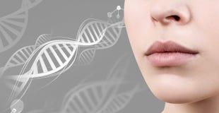 Perfect żeńskie wargi wśród DNA łańcuchów zdjęcia stock