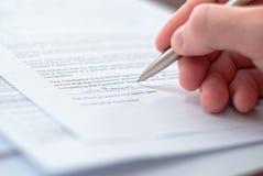 Perfect beeld van zakenlieden die contract ondertekenen. Royalty-vrije Stock Afbeelding