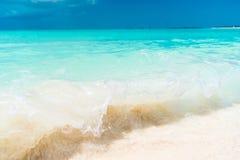 Perfect biała piaskowata plaża z turkus wodą obrazy stock