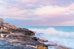 Perfect biała piaskowata plaża z turkusu niebieskim niebem i wodą Zadziwiający obrazek obraz stock