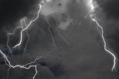 Perfect bliksemonweer in zwarte wolken in hoge hemel stock fotografie