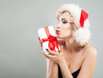 Perfect blondynki kobiety mody modela mienia bożych narodzeń prezenta pudełko Zdjęcia Stock