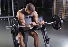 With Perfect Body modelo masculino muscular considerável que faz o exercício do bíceps fotografia de stock royalty free