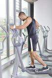 With Perfect Body modelo masculino muscular hermoso que hace ejercicio cardiio Fotos de archivo libres de regalías