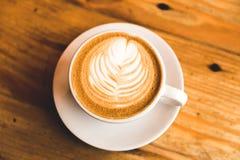 Perfect cappuccino w białej filiżance na drewno stole obraz royalty free
