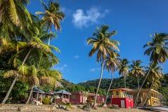 Perfect Caraïbisch strand met palmen en blauwe hemeldag stock foto
