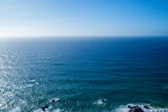 Perfect duidelijk blauw hemel en water van de Atlantische Oceaan Royalty-vrije Stock Afbeeldingen