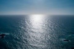 Perfect duidelijk blauw hemel en water van de Atlantische Oceaan Stock Afbeelding
