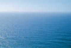 Perfect duidelijk blauw hemel en water van de Atlantische Oceaan Royalty-vrije Stock Foto's