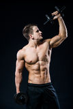 Perfect dysponowany sportowy facet pozuje z barbell talerzem w gym, perfect lat mięśniu, ramionach, bicepsach, triceps i klatce p Fotografia Stock