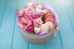 Perfect heden, bloemsamenstelling met makarons in ambachtdoos Royalty-vrije Stock Foto's