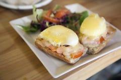 Perfect heet Ontbijt - gebakken gestroopte eieren met kaas en rook Stock Afbeelding