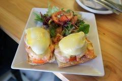 Perfect heet Ontbijt - gebakken gestroopte eieren met kaas en rook Royalty-vrije Stock Afbeelding