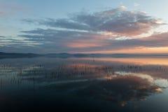 Perfect i symmetric chmur odbicia na jeziorze przy zmierzchem, wi Obrazy Stock