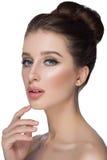 Perfect kobiety twarzy portreta wargi z mody pomadki naturalnym beżowym matte makeup Piękno brunetki seksownej wzorcowej dziewczy zdjęcia stock