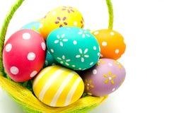 Perfect kolorowi handmade Easter jajka w koszu Fotografia Stock