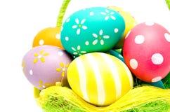 Perfect kolorowi handmade Easter jajka w koszu Obraz Royalty Free