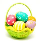 Perfect kolorowi handmade Easter jajka w koszu Fotografia Royalty Free
