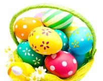 Perfect kolorowi handmade Easter jajka w koszu Obrazy Royalty Free