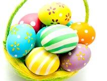 Perfect kolorowi handmade Easter jajka w koszu Zdjęcia Royalty Free