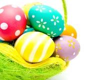 Perfect kolorowi handmade Easter jajka w koszu odizolowywającym Obrazy Royalty Free