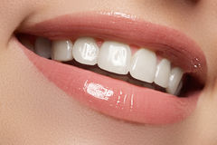 perfect leendet Härliga naturliga fulla kanter och vita tänder tänder som whitening Fotografering för Bildbyråer
