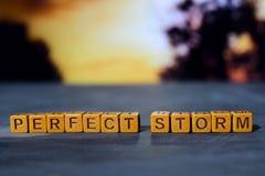 Perfect onweer op houten blokken Kruis verwerkt beeld met bokehachtergrond stock foto