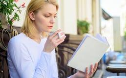 Perfect ranku pojęcie Kubek kawa i ciekawej książkowej najlepszy kombinaci perfect weekend Kobieta napój kawiarni taras obrazy royalty free