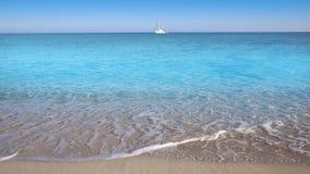 Perfect strand met zeilboot in turkooise aquakleur en de golven stock videobeelden