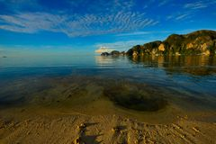 Perfect tropikalnego wyspa raju plażowa i stara łódź Zdjęcie Royalty Free